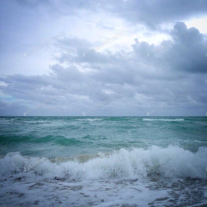 Wellen und Wolken während eines Sturms.