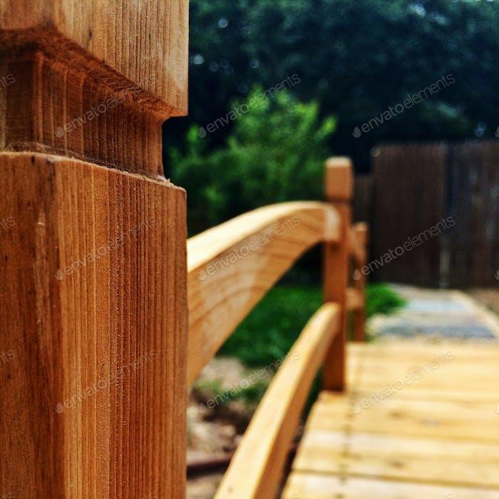 Деревянный мост во дворе