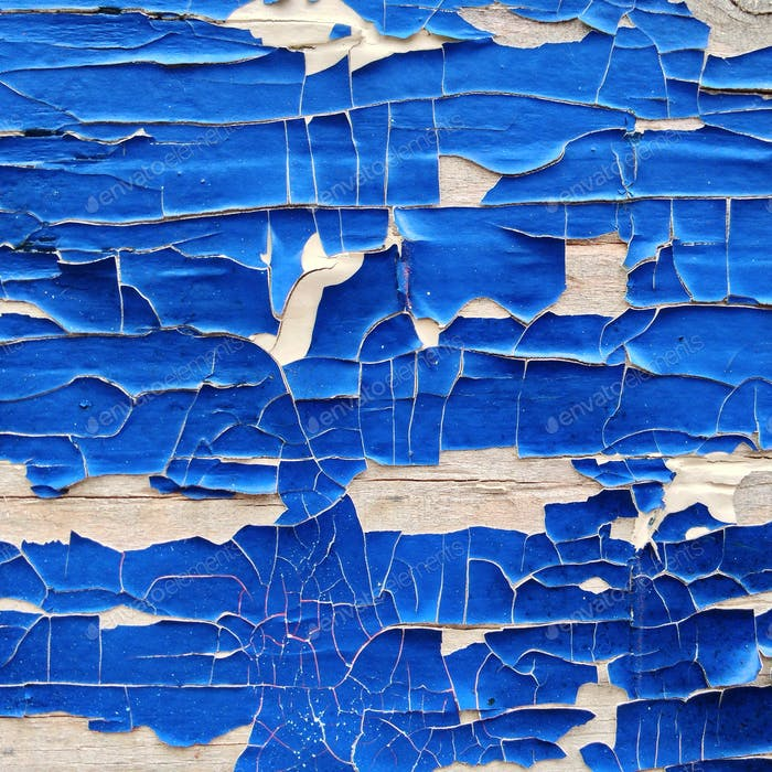 Blaue Farbe löst sich von Holzkonstruktion ab