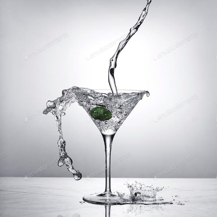 Martini spritzt in Martini-Glas