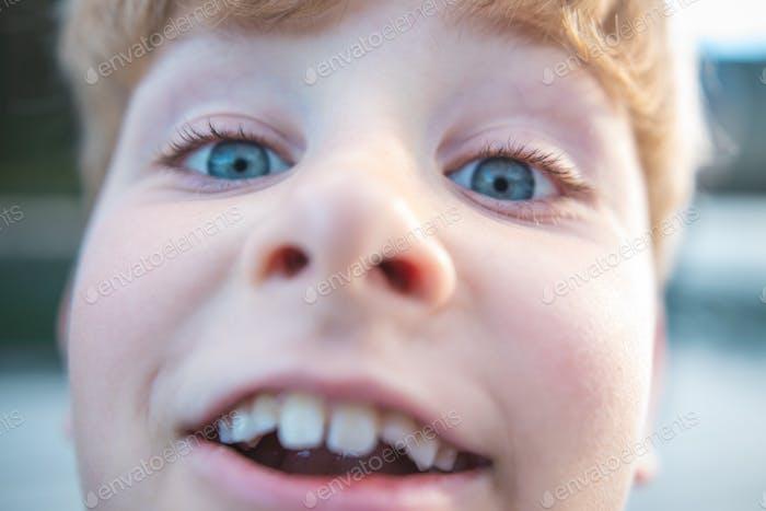 eine extreme Nahaufnahme eines Jungen, der albern für die Kamera