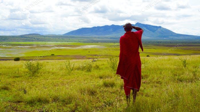Un hombre africano que domina su tierra