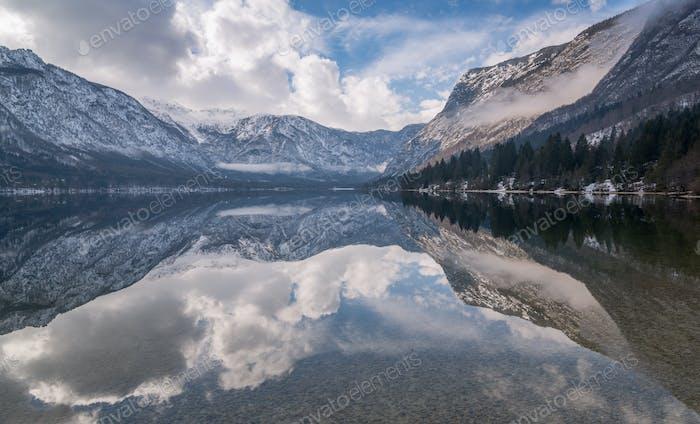 Reflexionen am See Bohinj an einem stimmungsvollen Tag.