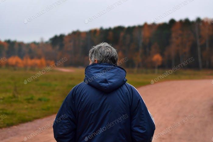 Herbst mit brutalem Mann im Wald
