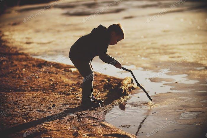 Spielen im eisigen See