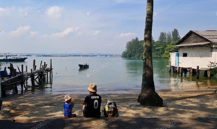 Familienverklebung entlang des Ufers