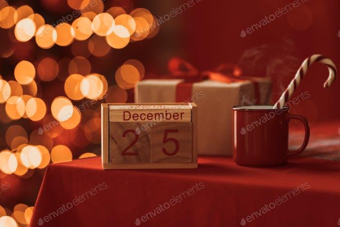 Kalender mit Weihnachtsdatum 25. Dezember in festlicher Atmosphäre