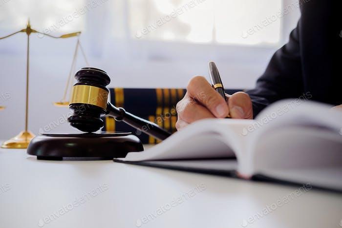 Richter Gavel mit Justiz Rechtsanwälte mit Teamtreffen in der Kanzlei im Hintergrund. Begriffe des Rechts.