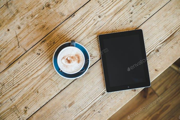 Legen Sie flachen Kaffee mit iPad.