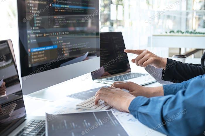 Reunión de cooperación programador de desarrolladores profesionales y lluvia de ideas y programación en el sitio web