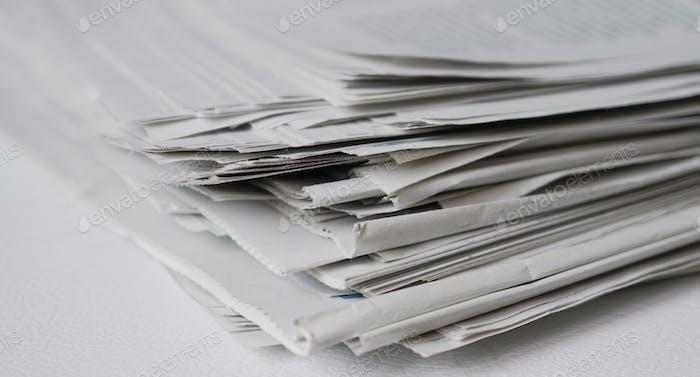 primer plano de un montón de periódicos como concepto de noticias y medios