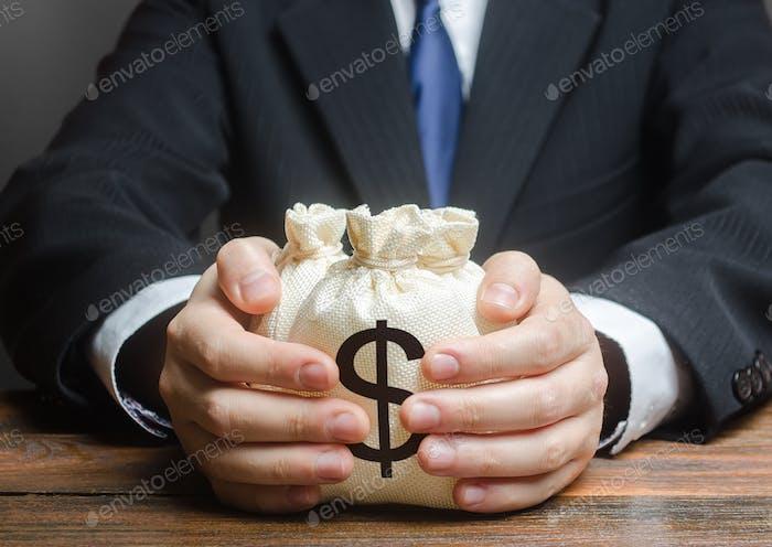 Bolsa de dinero en una mano