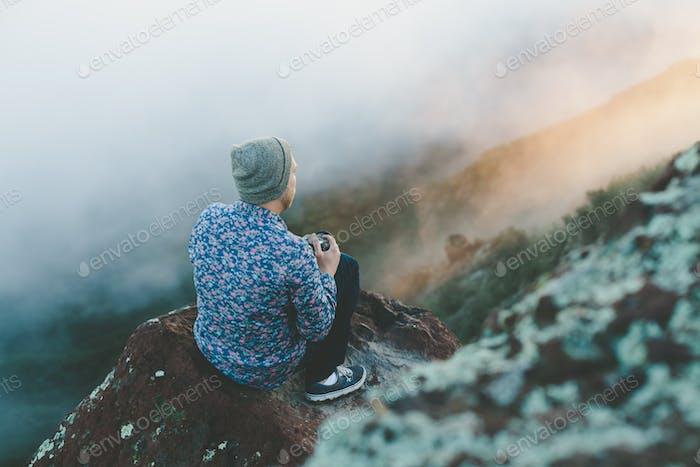 Beobachten Sie den Sonnenaufgang durch die Lücken in den Bergen
