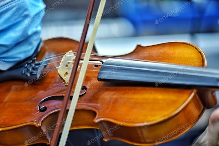 Violinista irreconocible juega melodías dulces