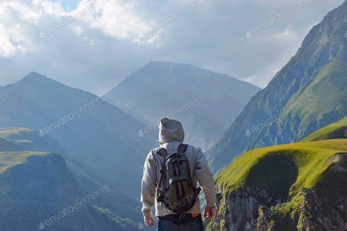 Mann mit Blick auf die Berge