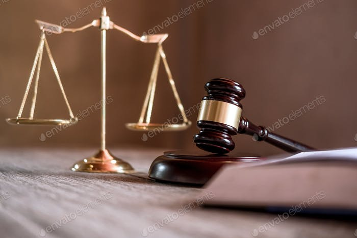 Juez martillo con abogados de Justicia, documentos de objetos que trabajan en la mesa