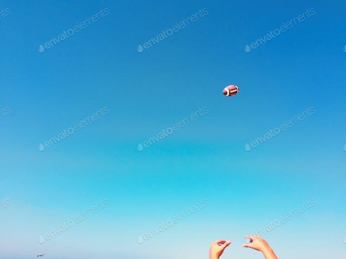 Ich habe heute hinter diesem Kerl am Strand gestanden, als er mit seinen Freunden Fußball spielte und das bekam.