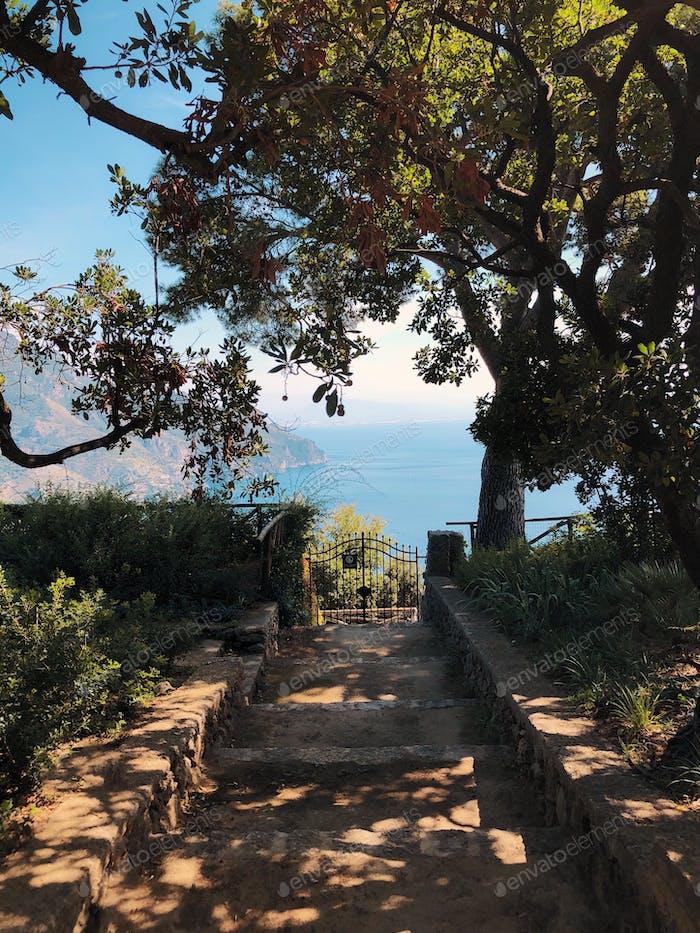 Blick vom schönen Garten auf das Mittelmeer