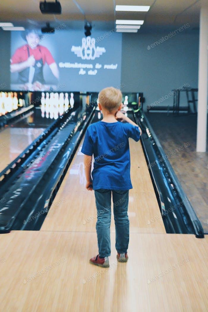 Junge beim Bowling