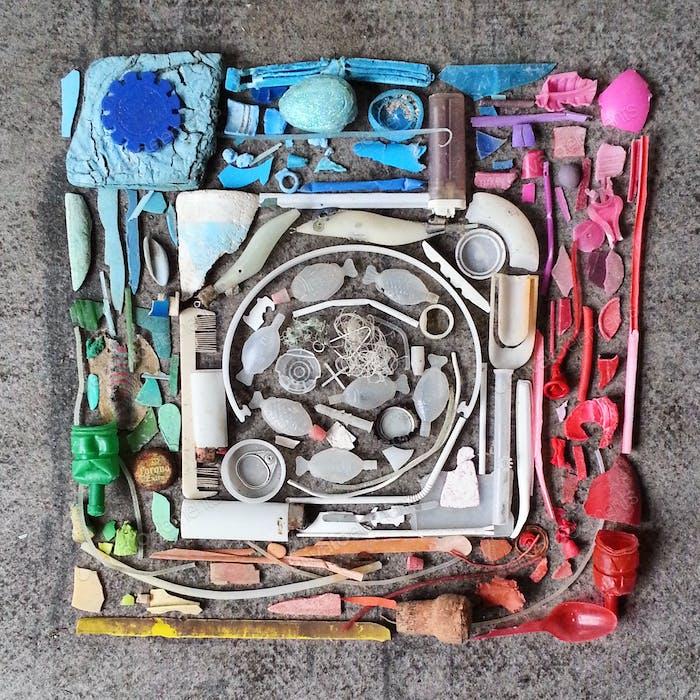 Kunst mit Plastikverschmutzung verworfen Gegenstände, die von unseren Ozeanen und dem Strand gerettet wurden