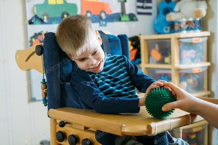 Sensorische Aktivitäten für Kinder mit Behinderungen. Vorschulaktivitäten für Kinder mit besonderen Bedürfnissen.