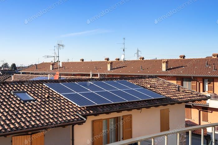Солнечные панели на пригородном итальянском доме
