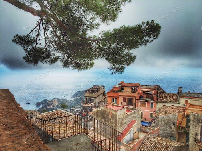 Ein Blick auf eine niedliche Stadt vom Hügel in Italien