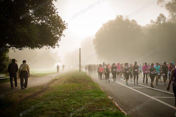 Una mañana de niebla SF muestra caminantes más nuevos y caminantes maduros.