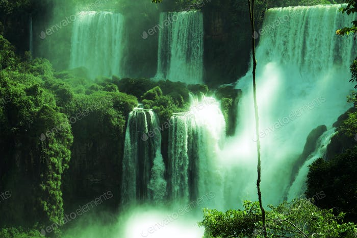 Iguazu falls, located in Argentina/Brasil border