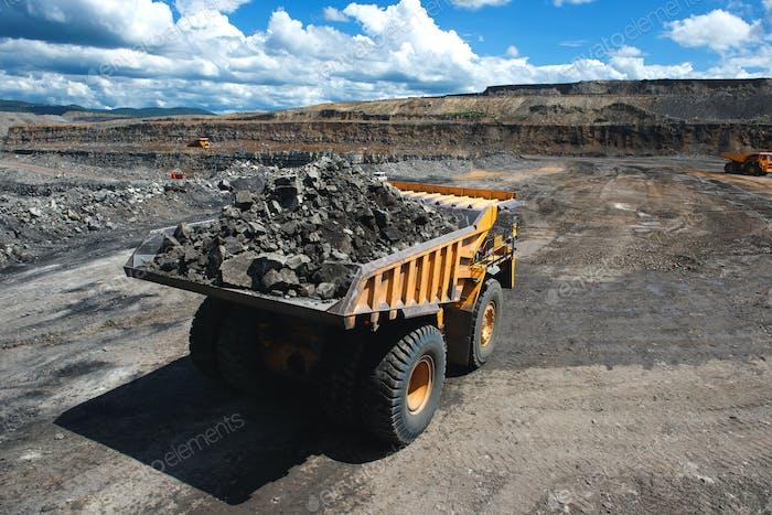 Camión minero con carga grande
