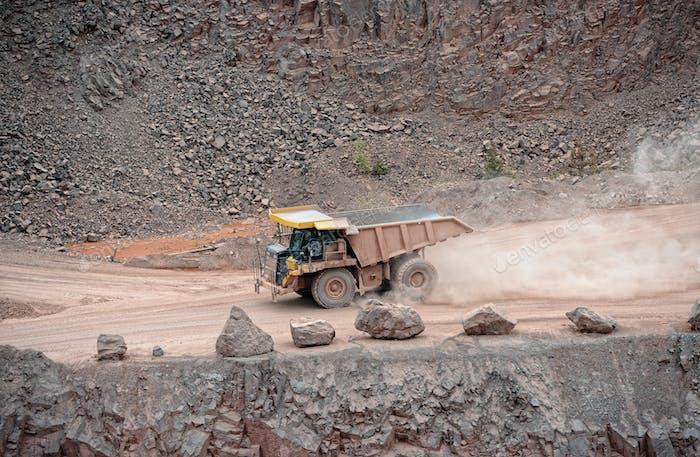 camión volquete conduciendo en una mina de superficie, cantera, industria minera.