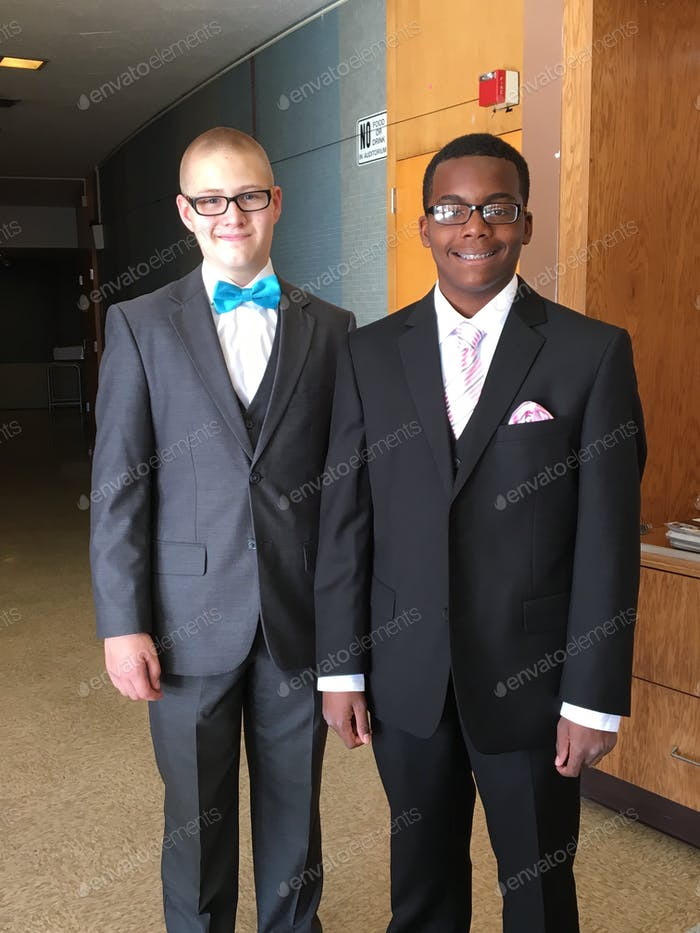 Professionell gekleidete junge Männer