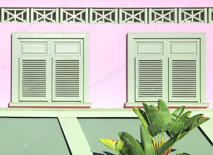 Pastellfenster und Fensterläden im Art-Deco-Stil