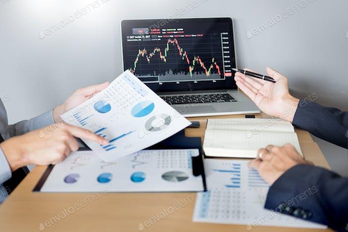 Traders de acciones que buscan el análisis financiero informe de marketing de negociación de acciones en línea en la oficina