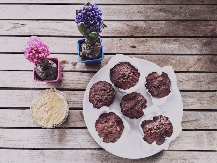 Schokoladenmuffins und Hyazinthen