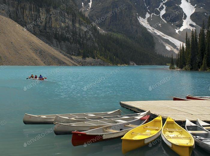Das blaue Gletscherwasser des Lake Louise im Südwesten von Alberta, in den Rocky Mountains von Kanada.