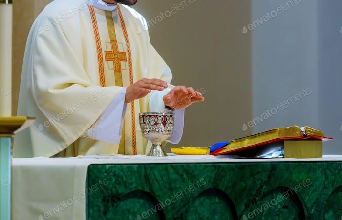 Christen Symbole Heilige Kommunion auf Holztisch in der Kirche