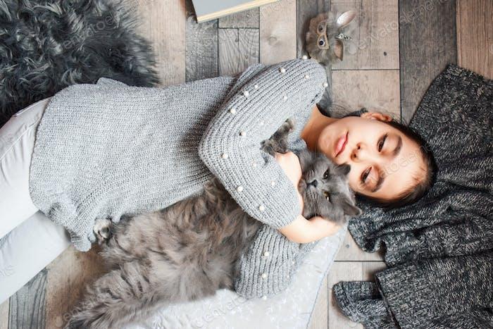 Mädchen spielt mit einer Katze