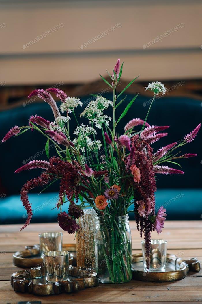 Wilde Blumen in einem Maurerglas.