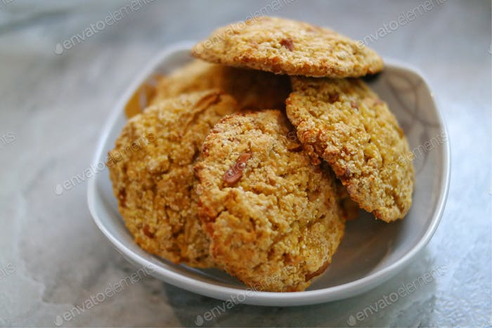 Biscuits with apple and millet