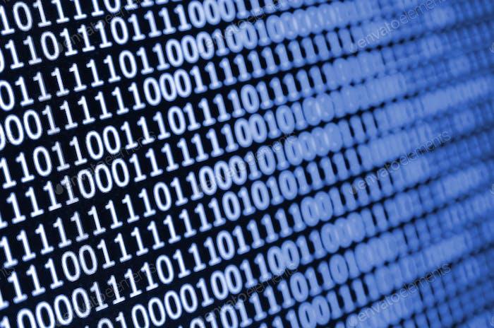 Toma macro de código binario en el monitor de un ordenador de oficina