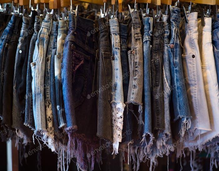 Gestell von geschnittenen Jeans-Shorts.