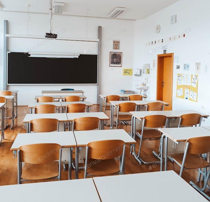 Leere Klassenzimmer während der Sperre des Corona-Virus
