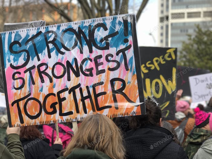 Zeichen bei Gleichberechtigung marschieren