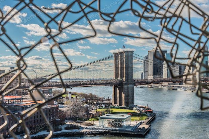 Vista del puente de Brooklyn desde el puente de Manhattan en Nueva York.