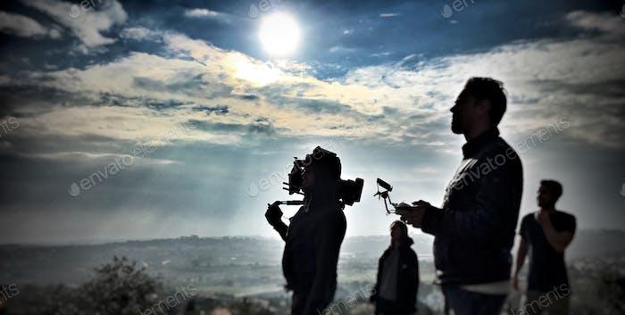 Drohnenbediener und Kameramann-Silhouette