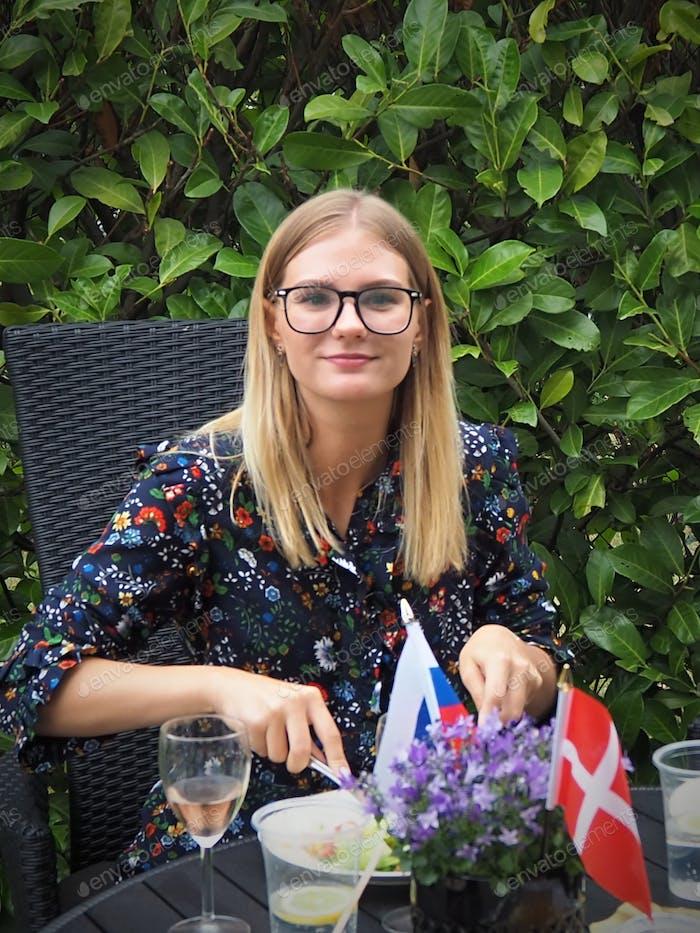 Номинирован! Стиль жизни портрет блондинки девушка в очках столовая на открытом воздухе