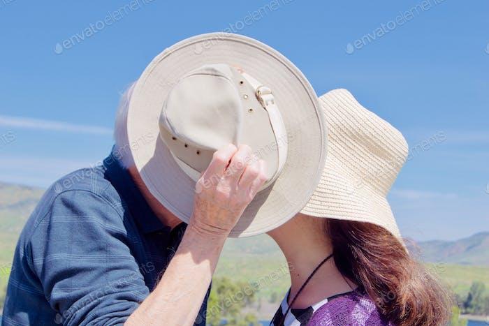 El beso robado - ancianos activos en el amor, robando un especial, secreto, beso