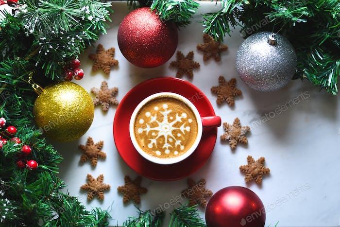 Schneeflocken-Kaffee mit Schneeflocken-Keksen