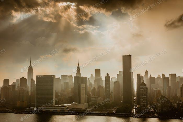 Vorbeigehender Regen, Sturmwolken und Sonnenschein erzeugten heute Nachmittag einen dramatisch Himmel über Manhattan.